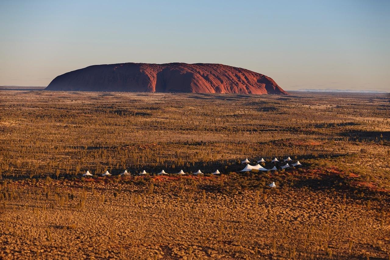Vue sur Ayers Rock depuis le campement de luxe Longitude 131 en Australie - voyage luxe