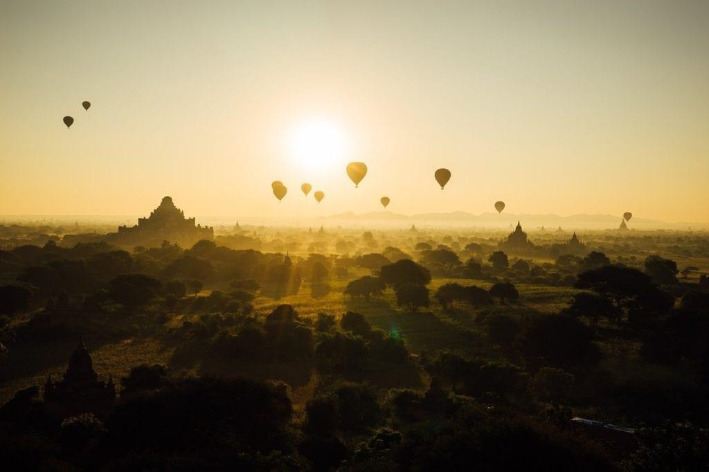 vue des temples de Birmane et des montgolfières - voyage sur mesure