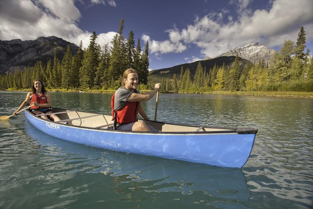 Couple faisant du canoe au Lac Louise - voyage sur mesure
