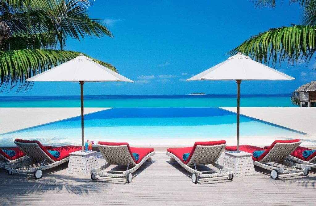 vue piscine à débordement hotel ja manafaru aux maldives