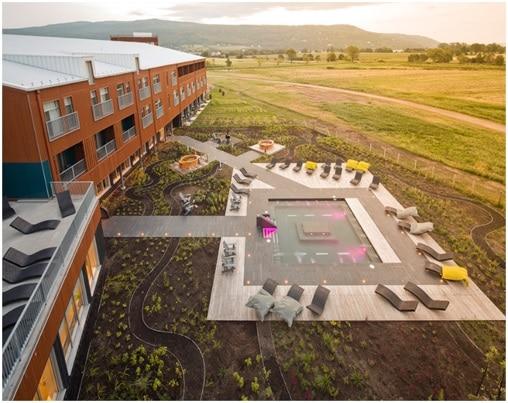 Vue aérienne piscine et hotel le Germain Charlevoix au Québec