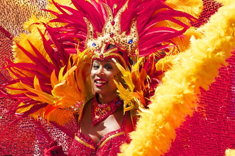 carnaval-brésil-rio-plumes-paillettes-fête-samba-sambodrome