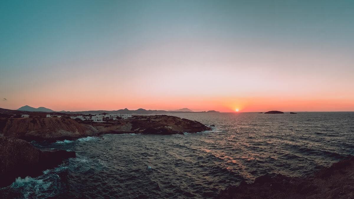 milos île volcanique grèce mer égée - vue panoramique coucher soleil