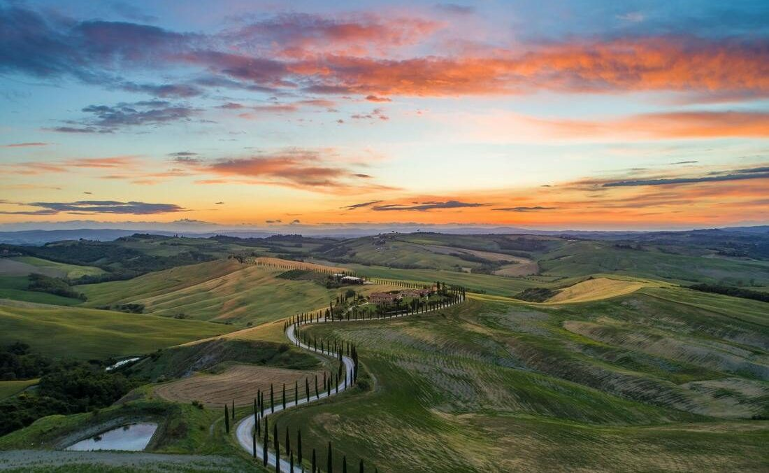 vue aérienne des terres et vignobles de Toscane au coucher de soleil