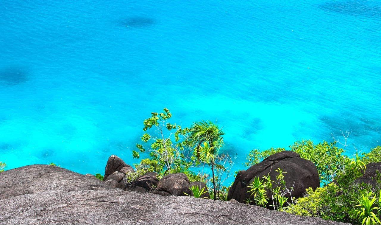 Voyage sur mesure iles Seychelles - vue aerienne eau turquoise