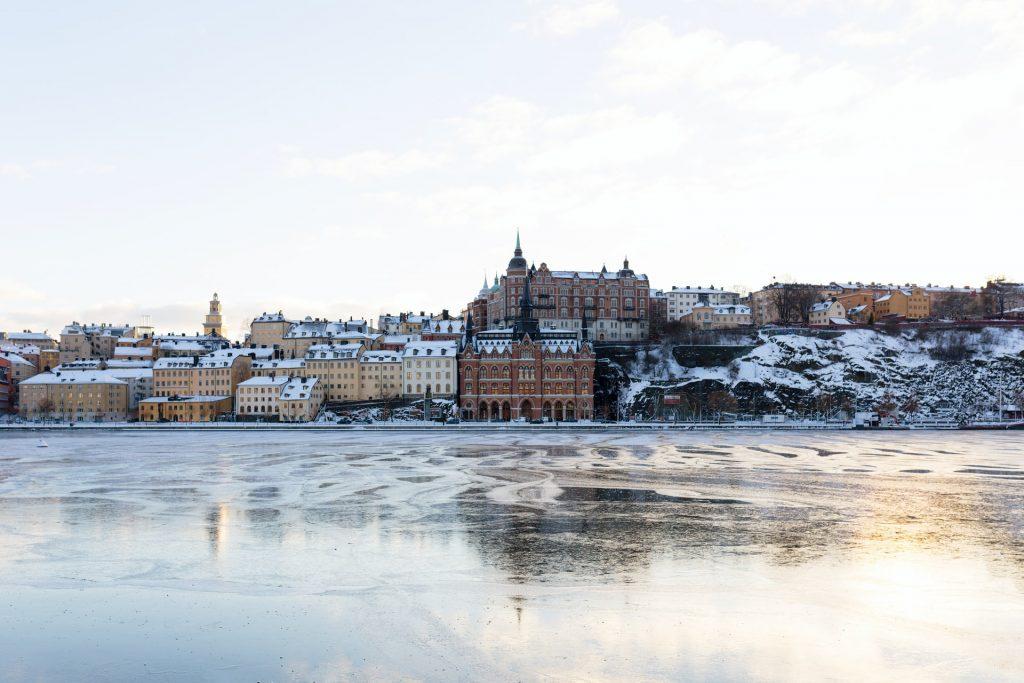 Södermalm, stockholm, hiver sur mesure en suede - vue ville gelée